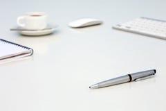 Neuer Tag am Büro-Konzept-weißen Tisch mit Notizblock-und Tasse Kaffee-Seitenansicht des Computer-freien Raumes stockfoto