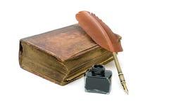 Neuer Vertrag, ein Tintenfaß und Stift lokalisiert auf weißem Hintergrund Lizenzfreie Stockfotografie