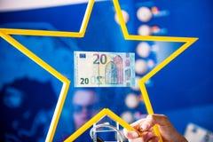 Neuer Wechselwährungs-Geldpapier Europäer mit 20 Eurobanknoten Stockfoto