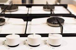 Neuer weißer Ofen mit Griffen auf hölzernem Schreibtisch stockfoto