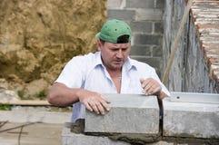 Neuer Ziegelstein, der gelegt wird Stockbild