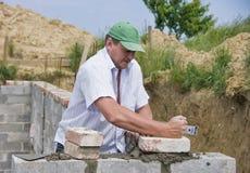 Neuer Ziegelstein, der gelegt wird Stockbilder