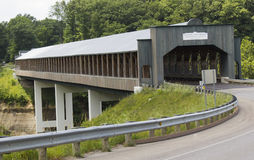 Neuere überdachte Brücke stockbild