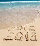 Neues 2013. Die Welle wäscht weg eine Aufschrift 2012. Lizenzfreie Stockfotos