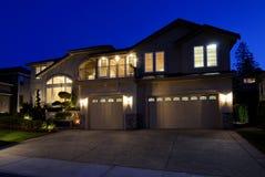 Neues amerikanisches Haus nachts Lizenzfreie Stockfotos