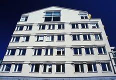 Neues Aparment gegen blauen Himmel Stockfotografie
