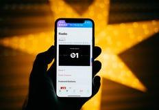 Neues Apple-iPhone gegen den blauen defocused Stern, der Schläge 1 kennzeichnet Stockfotos