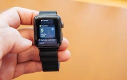 Neues Apple passen gehende APP der Reihe 3, Gesundheits-APP-Holdinguhr auf Stockbild