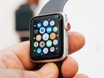 Neues Apple passen Hauptschirm-Apfeluhr der Reihe 3 auf Lizenzfreie Stockfotos