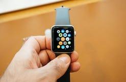 Neues Apple passen Hauptschirm-Apfeluhr der Reihe 3 auf Stockbild