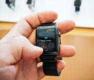 Neues Apple passen Notfall der Uhr 911 der Reihe 3 das Nennen auf Stockbild