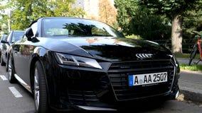 Neues Audis TT Parkplatz im Stadtzentrum stock footage