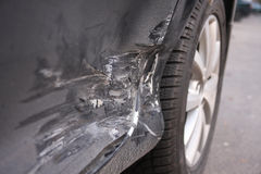Neues Auto beschädigt in einem Unfall. Lizenzfreie Stockfotografie