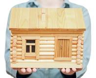 Neues Blockhaus auf Palmen Stockbild