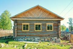 Neues Blockhaus im Dorf Stockfotografie