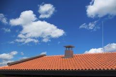 Neues Dach mit einem Blitzableiter Stockbilder
