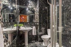 Neues Designbadezimmer mit schwarzen Fliesen stockfotos