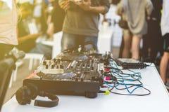 Neues DJ setzen die Einrichtung, die auf Sommerfest im Freien ist stockfotos