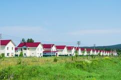 Neues Dorf von ähnlichen Häusern am sonnigen Tag des Sommers Russland Stockfoto