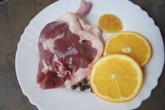 Neues Entenbein mit Orange und Honig auf der weißen Platte Lizenzfreies Stockbild