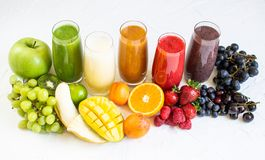 Neues Farbsäfte Smoothie-Grün gelbe rote orange Violet White Tropical Fruits lizenzfreie stockfotos