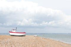 Neues Fischerboot an Land gesehen Lizenzfreie Stockfotos