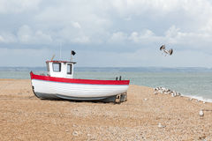 Neues Fischerboot an Land gesehen Stockbild