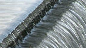 Neues Fließen des reinen Wasserfreien raumes über Wehr stock video