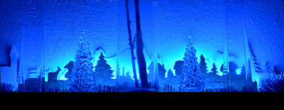 Neues Forest New Year Christmas-Baumdekorationsinstallationsblau Stockfoto