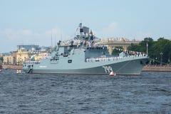 Neues Fregatte ` Admiral Makarov ` nimmt an der Militärparade zu Ehren des Marine-Tages teil Lizenzfreies Stockfoto