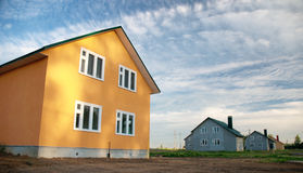 Neues Gebäude auf einem Hintergrund des blauen Himmels Stockfotografie