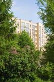 Neues Gebäude nahe Park stockfotos