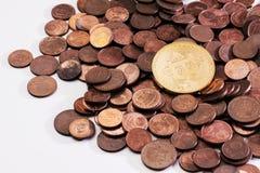 Neues glänzendes Bitcoin, das auf einen Stapel des alten Eurocents legt, prägt Stockfotos