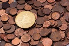 Neues glänzendes Bitcoin, das auf einen Stapel von alten Kupfermünzen des Eurocents legt Lizenzfreie Stockfotos