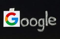 Neues Google-Firmenzeichen gedruckt auf Papier Lizenzfreie Stockfotos