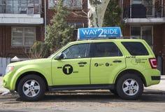 Neues grün-farbiges Boro-Taxi in Brooklyn Lizenzfreie Stockfotografie