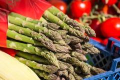 Neues grünes Spargel-Bündel im Verkauf auf Markt im Sonnenlicht Weitwinkelobjektiv bedeckt durch Linsen-Kappe in der Mitte lizenzfreies stockfoto
