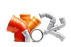 Neues graues und orange Abfluss-PVC-Rohr lokalisiert auf Weiß Lizenzfreie Stockfotos