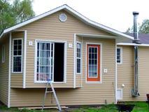 Neues Haus, das aufgebaut erhält stockfotografie