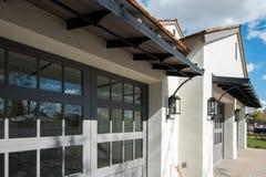 Neues Haus mit der Garage mit vier Autos lizenzfreie stockfotografie