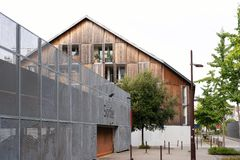 Neues Haus mit einer hölzernen Umhüllung nahe der Loire lizenzfreies stockfoto