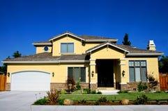 Neues Haus und Landschaftsgestaltung Lizenzfreies Stockfoto