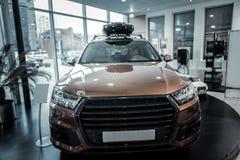 Neues Hecktürmodellauto der netten braunen Farbstellung im Autosalon lizenzfreie stockfotografie