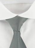 Neues Hemd mit einer grauen gestreiften Krawatte Lizenzfreies Stockfoto
