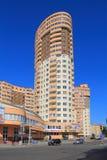 Neues hohes Gebäude mit Büros auf Gagarin-Straße in Kaliningrad Stockbilder