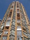 Neues hohes Gebäude, roter Ziegelstein, Satellitenplatten,   Lizenzfreie Stockfotografie