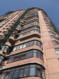 Neues hohes Gebäude, roter Ziegelstein, Satellitenplatten, Lizenzfreies Stockbild