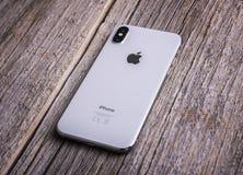 Neues iPhone X 10 auf einem hölzernen Hintergrund, Atelieraufnahme Stockfotos