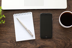 Neues iPhone 6 Raum Grau und Macbook auf dem Tisch Stockfotos