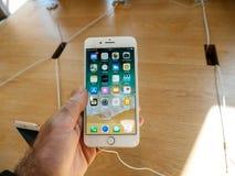 Neues iPhone 8 und iPhone 8 Plus in Apple Store mit Stockbilder